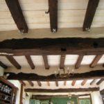 Badigeon à la chaux sur plafond et poutres huilées