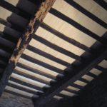Manoir de Correc - Planché achevé vue du dessous avec nouvelles solives patinées au noir de fumée - Dictionnaire des communes Côtes d'Armor